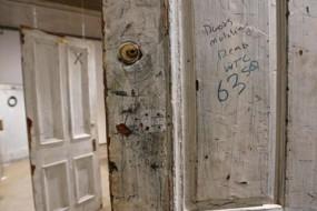 男子拍卖酒店旧门赚翻