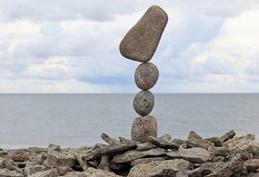 小伙垒多块鹅卵石不倒 平衡术令人惊叹