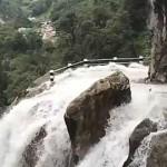尼泊尔最险山路 瀑布直冲公路