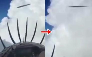 两个UFO从私人飞机前高速飞过