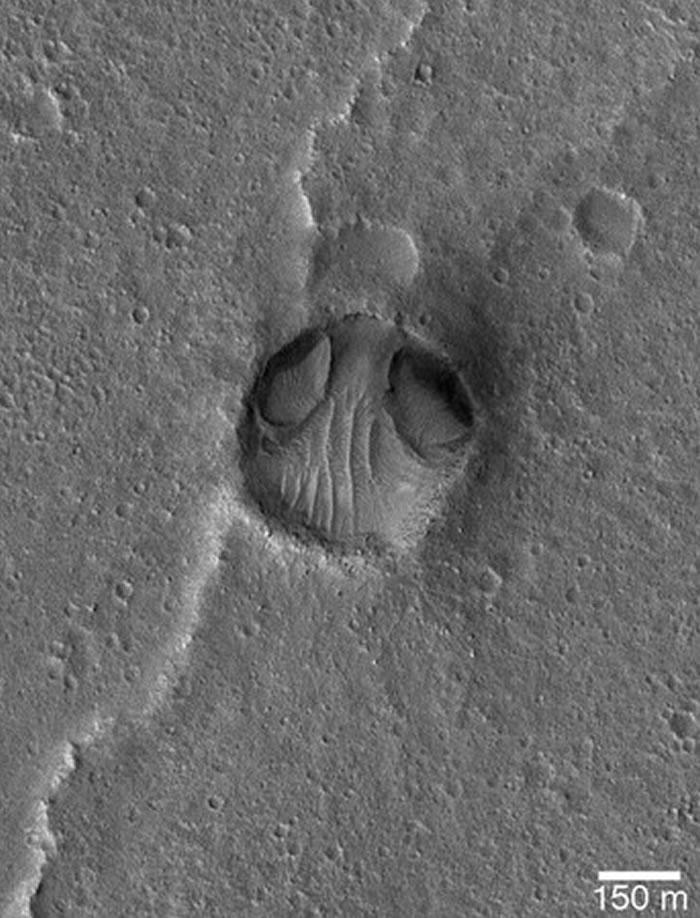 此外,美国「航太总署」(NASA)2005年1月26日拍摄一张火星表面照,结果发现上面有一张外星人的脸,但事后调查后发现此脸只不过被陨石撞击的坑洞,经过长时间侵-趣闻巴士