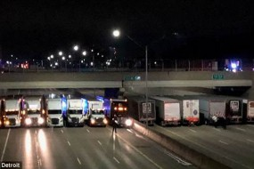 为防自杀美警方调13辆大卡车堵桥下