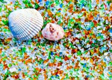 日本玻璃沙滩晶莹剔透似满地宝石