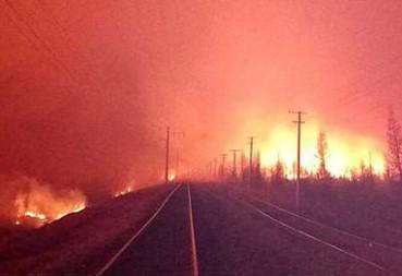 俄罗斯列车穿越熊熊山火如入地狱