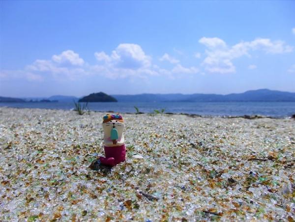 日本玻璃沙滩乍看似宝石满地 引网友争相拍照-趣闻巴士