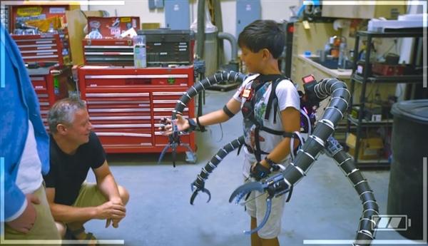 比特币暴富的少年打造超酷机械骨骼-趣闻巴士