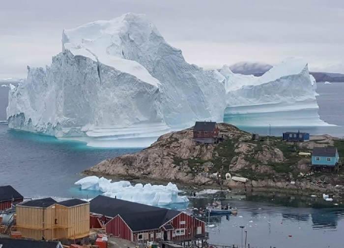 格陵兰西北部伊纳苏特岛村落海岸突然出现巨大冰山-趣闻巴士