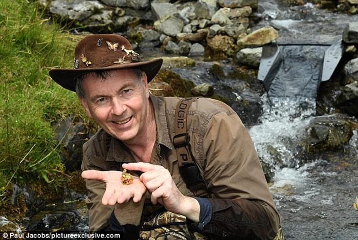 """寻金猎人在英国河中发现高尔夫大小的""""道格拉斯金块"""" 价值5万英镑-趣闻巴士"""