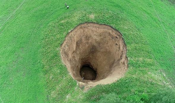 俄罗斯惊现50米深巨洞(图:《每日快报》)