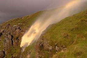 瀑布在强风天现倒流奇景