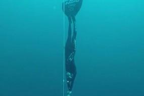女子迪恩蓝洞一气下潜107米破纪录