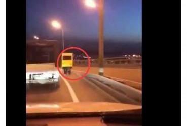 警察都懵了 俄大桥惊现长腿公交车