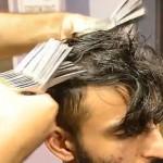 理发师亮绝活 双手握27把剪刀剪发