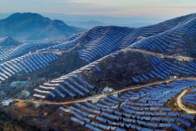 山坡布满光伏电池板  空中俯瞰似披亮甲