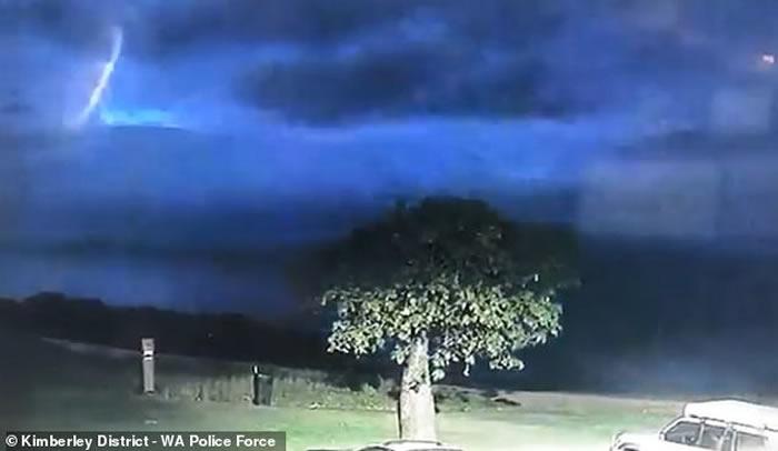 """澳大利亚超清晰""""立体UFO""""现身雷雨黑夜 警察惊呆:我们并不孤单-趣闻巴士"""