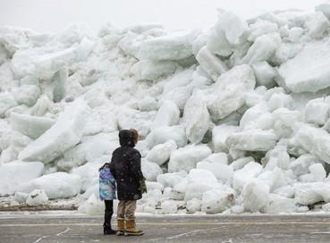 冰海啸突袭美国海岸 冰墙推向公路