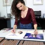 女子有惊人技艺 能双手同时作画
