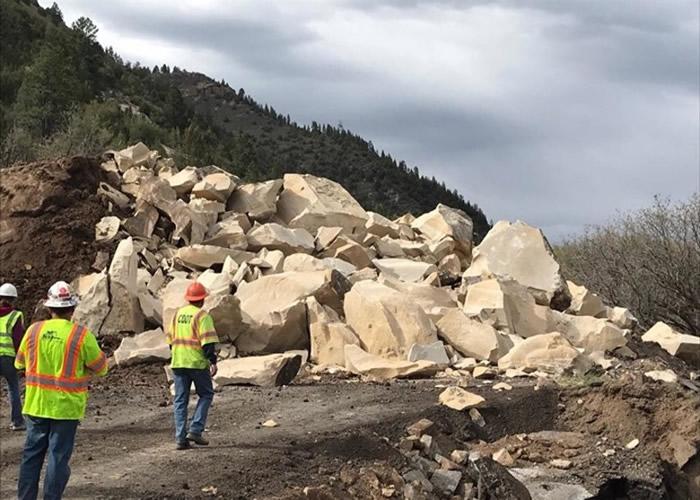 """美国科罗拉多州1150吨巨石突然""""从天而降""""落在高速公路中央-趣闻巴士"""