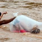 塑料袋运孩子上学 越南发洪水让家长放大招
